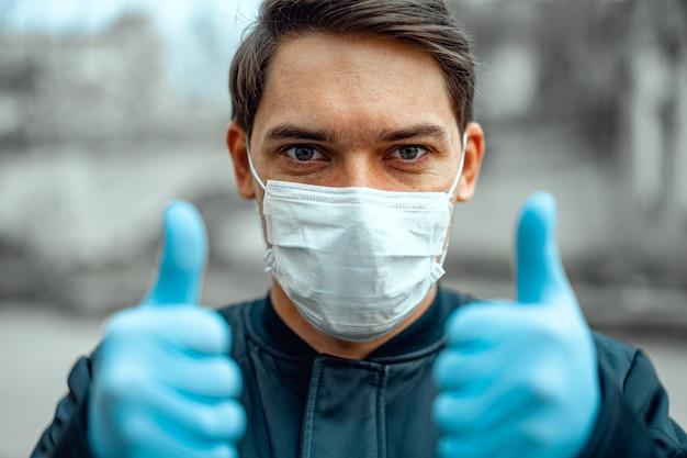 Uomo in via della città che indossa una maschera protettiva per la diffusione del coronavirus, da vicino