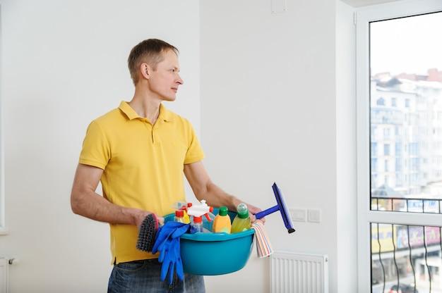L'uomo pulisce la casa.
