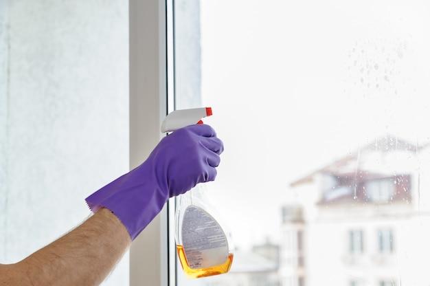 Un uomo pulisce le finestre.
