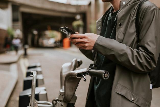 Uomo che si connette a un'applicazione di noleggio bici