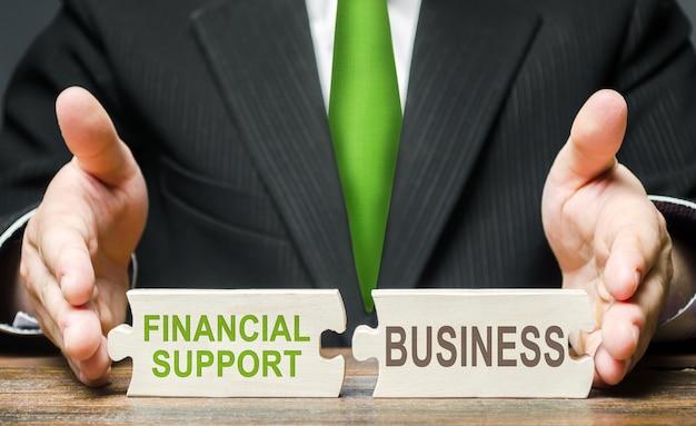 L'uomo collega due puzzle fornendo supporto finanziario alle imprese in una situazione di crisi