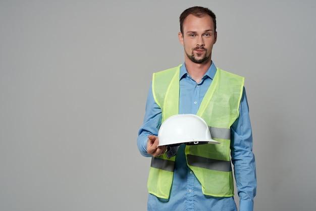 Uomo in costruzione protezione uniforme professione di lavoro sfondo chiaro