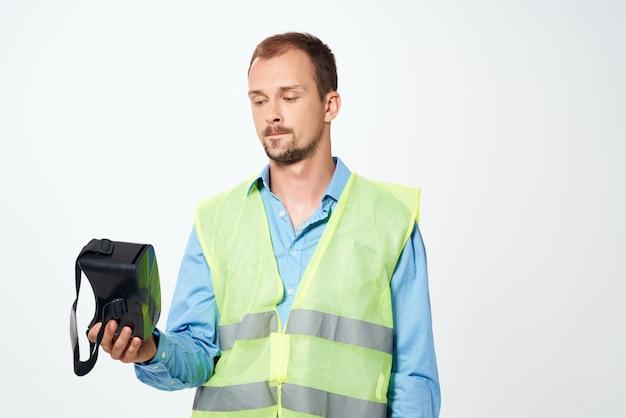 Uomo in costruzione uniforme occhiali per realtà virtuale costruzione
