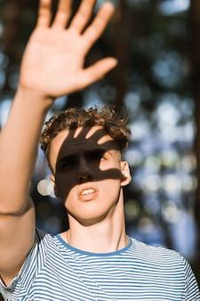 Uomo che copre il viso dai raggi del sole