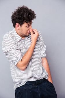 Uomo che copre il naso