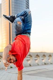 Uomo che balla sul pavimento hip hop