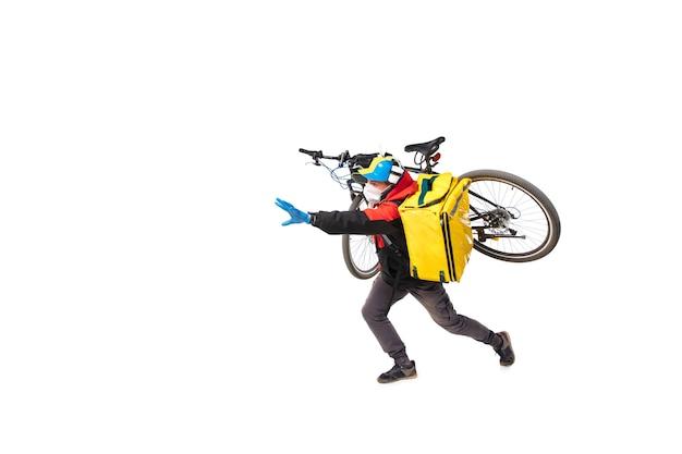 L'uomo consegna il cibo durante l'isolamento, indossando guanti e maschera facciale