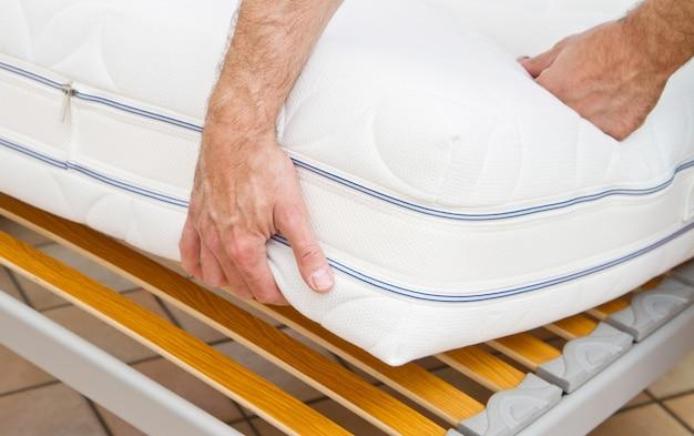 Uomo che dimostra la qualità del materasso