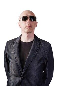 Un uomo in giacca di jeans con occhiali scuri dark
