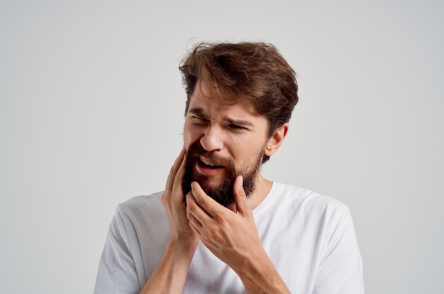 Uomo problema dentale odontoiatria trattamento isolato sfondo. foto di alta qualità