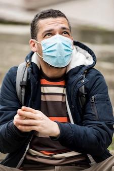 Uomo che si disinfetta le mani a causa del rischio di coronavirus