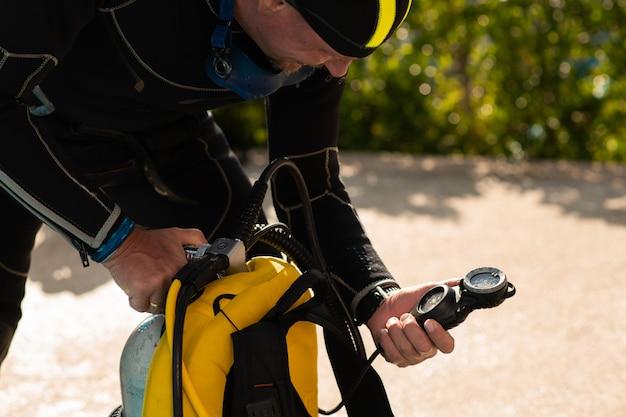 Regolatore di prova subacqueo uomo prima di immersioni subacquee