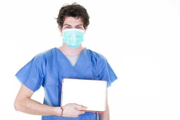 Equipaggi il medico che tiene il modello bianco vuoto dello schermo del pc digitale della compressa