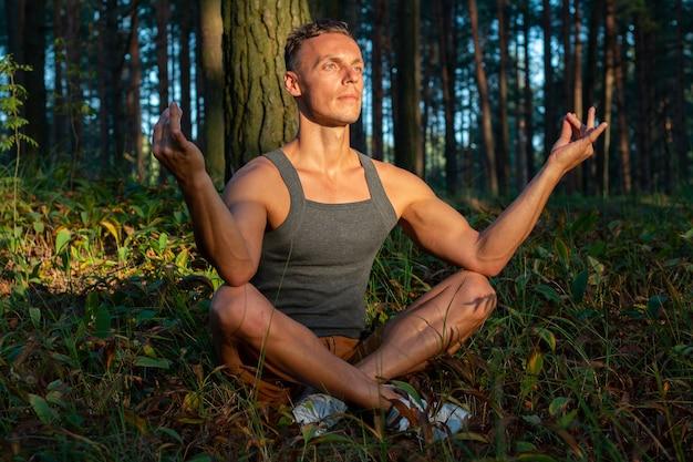 Un uomo fa yoga al tramonto. all'aperto. per qualsiasi scopo.