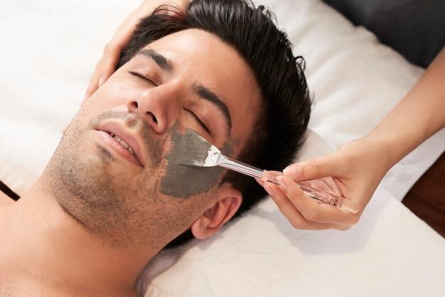 Uomo che fa la procedura per il viso