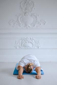 Uomo che fa yoga a casa. yoga e concetto di stile di vita sano