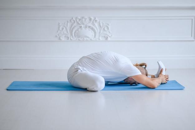 Uomo che fa yoga a casa