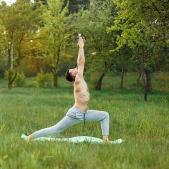 Uomo che fa yoga all'aperto