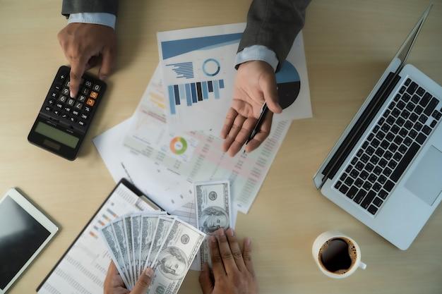 L'uomo dollari denaro corruzione analizzando crescita profitto finanziario commercio fondi e cambio valuta stati uniti concetto di corruzione dollari