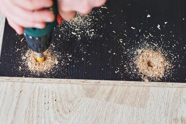 Equipaggi la perforazione del legno con il trapano elettrico, elaborazione di legno