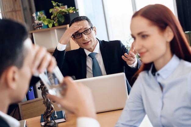 Uomo, bere un bicchiere d'acqua nell'ufficio degli avvocati per il divorzio.