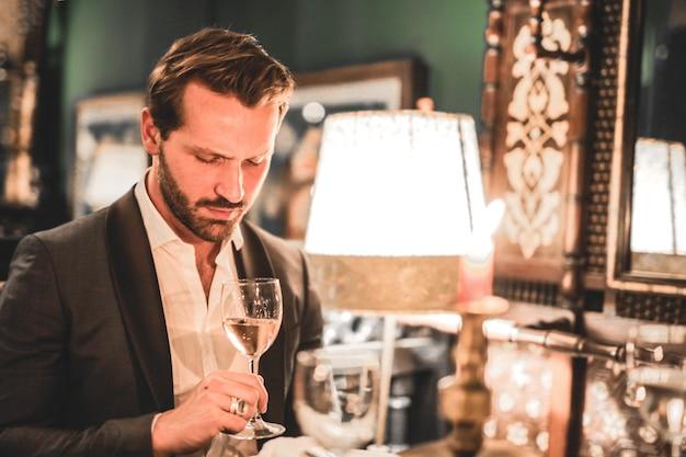 L'uomo beve vino nel ristorante