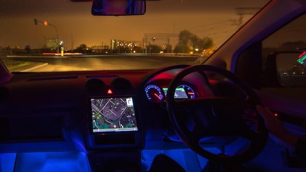 L'uomo guida sull'autostrada piovosa. serata notturna. traffico a sinistra