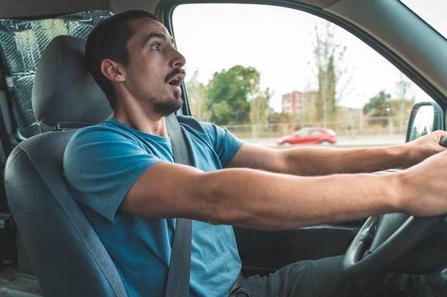 Uomo alla guida di un'auto spaventato prima dell'incidente incidente di guida trasporto e concetto di veicolo