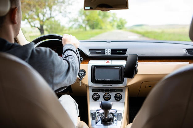 L'uomo che guida l'auto moderna