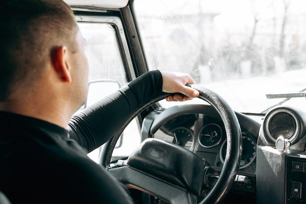 Uomo che guida fuoristrada auto vista dall'interno
