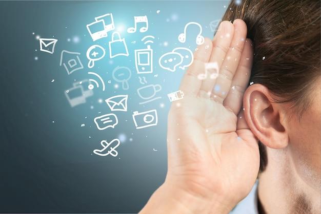 L'orecchio dell'uomo ascolta, copia lo sfondo dello spazio