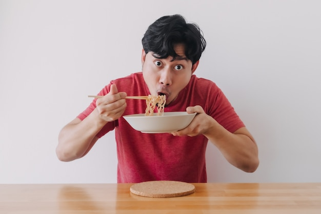 L'uomo mangia la pasta istantanea in modo delizioso very