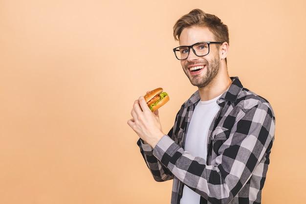 Uomo che mangia un hamburger in studio