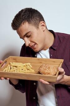 Uomo che mangia fast food