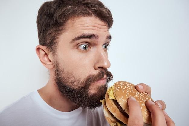 Un uomo che mangia un hamburger