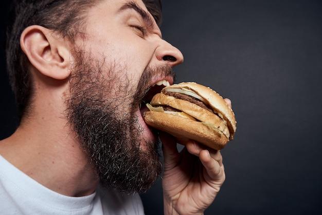 Uomo che mangia hamburger