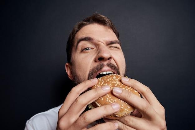 Un uomo mangia fast food al buio
