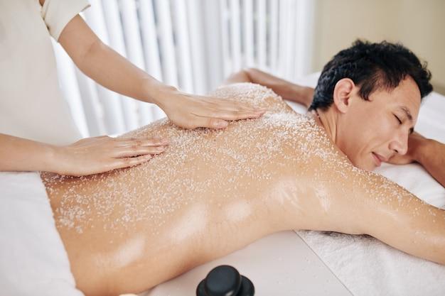 Uomo che gode del massaggio esfoliante