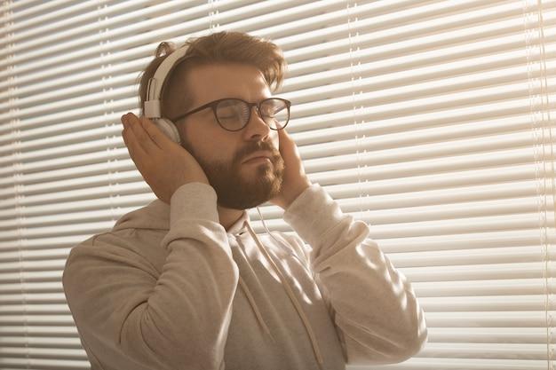 Uomo che gode della sua musica preferita
