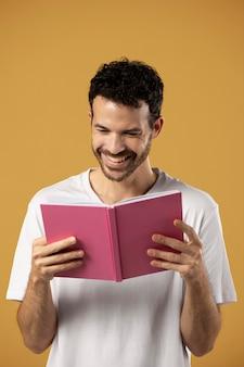 Uomo che si diverte a leggere un libro