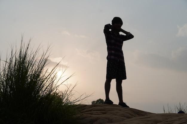 Uomo di sera vicino al sole in piedi