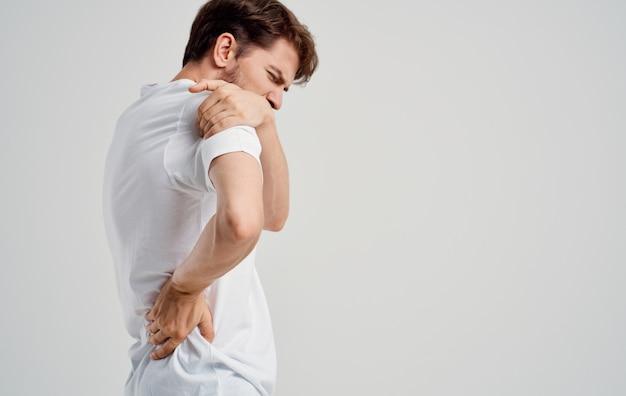 Uomo che avverte dolore nella medicina dell'osteocondrosi delle vertebre cervicali