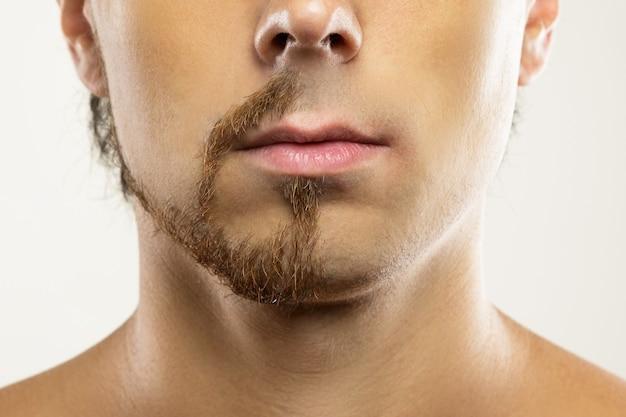 Fronte dell'uomo con una barba parzialmente rasata. prima e dopo il confronto.