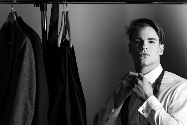 Moda uomo e bellezza, affari e abbigliamento da ufficio, uomo in camicia.