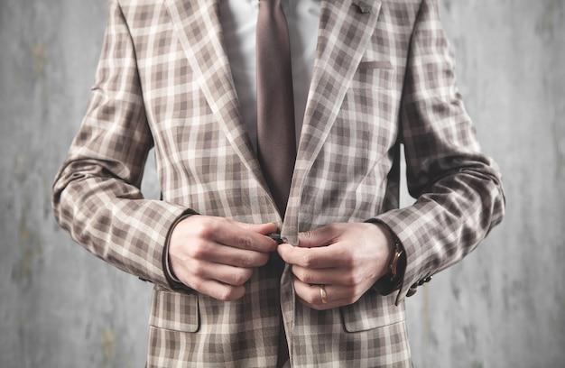 Bottoni di fissaggio uomo sulla tuta. moda