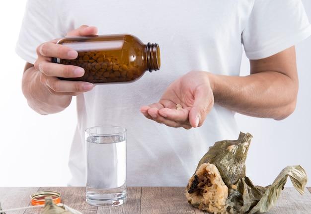 Un uomo si sente male dopo aver mangiato troppi zongzi e aver avuto delle medicine