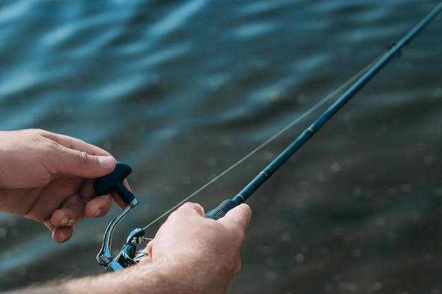 L'uomo pescatore pesca un pesce