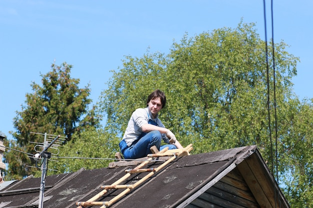 Un uomo sotto forma di costruttore ripara una casa