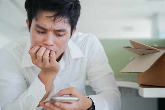 L'uomo si accigliò sul viso con un sentimento serio mentre leggeva un commento sui social media o sul sito web