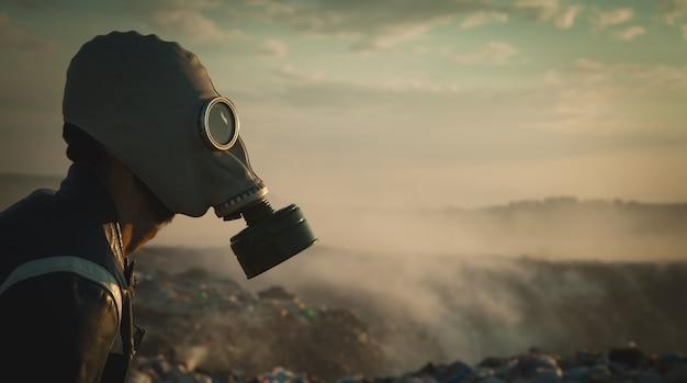 Uomo in maschera antigas all'aperto. fermare l'inquinamento ambientale